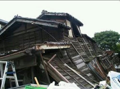 倒壊した家