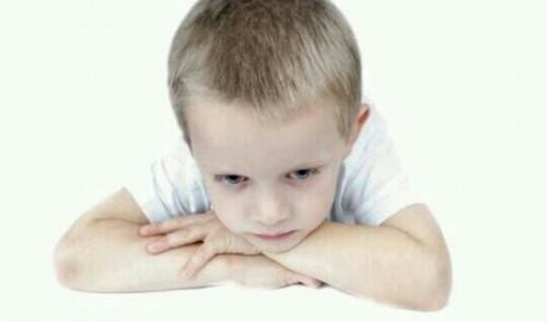 怒っている子供の夢