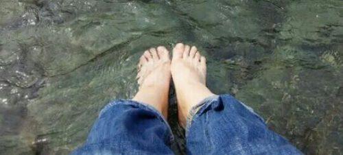 川に足を浸している夢