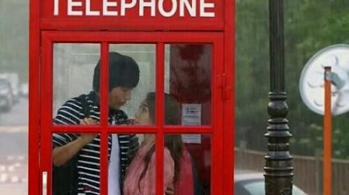 電話ボックスに2人きりの夢