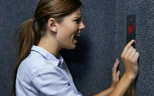 エレベーターに閉じ込められる夢
